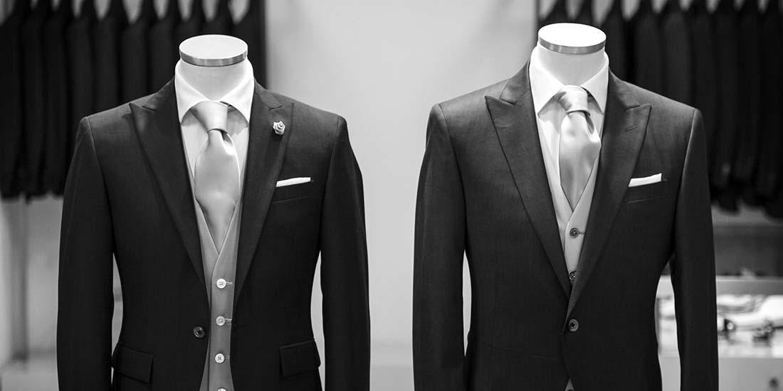 2 manichini vestiti con abiti da sposo